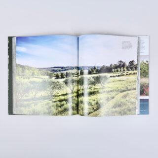 The Naturally Beautiful Garden - Kathryn Bradley-Hole